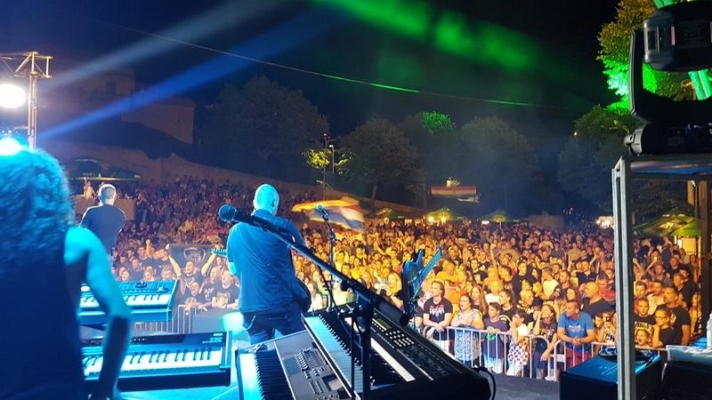 Thompson održao koncert u Čari