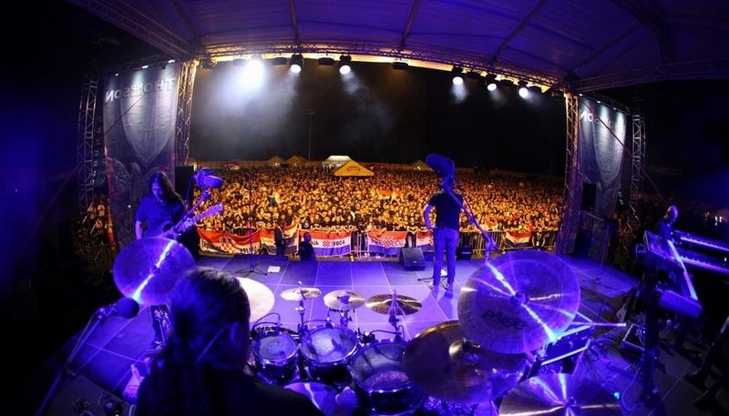 Domoljubni spektakl u Oporovcu: Thompson na igralištu održao koncert za pamćenje