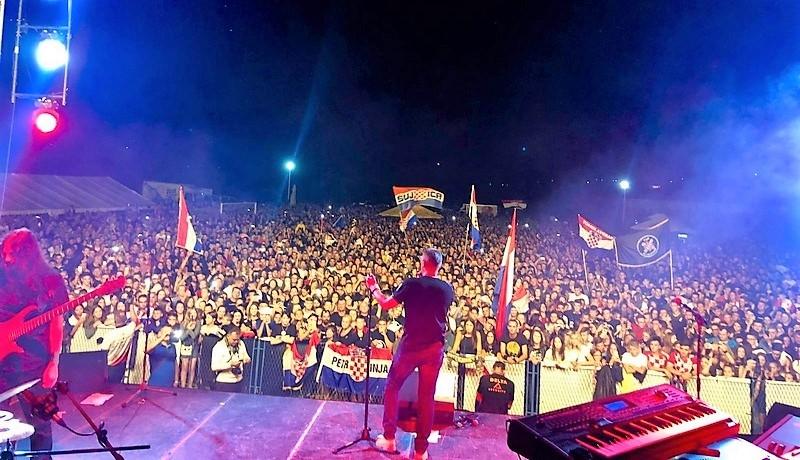 Thompson održao koncert za obnovu Hrvatskoga doma Stjepana Radića u Šujici.